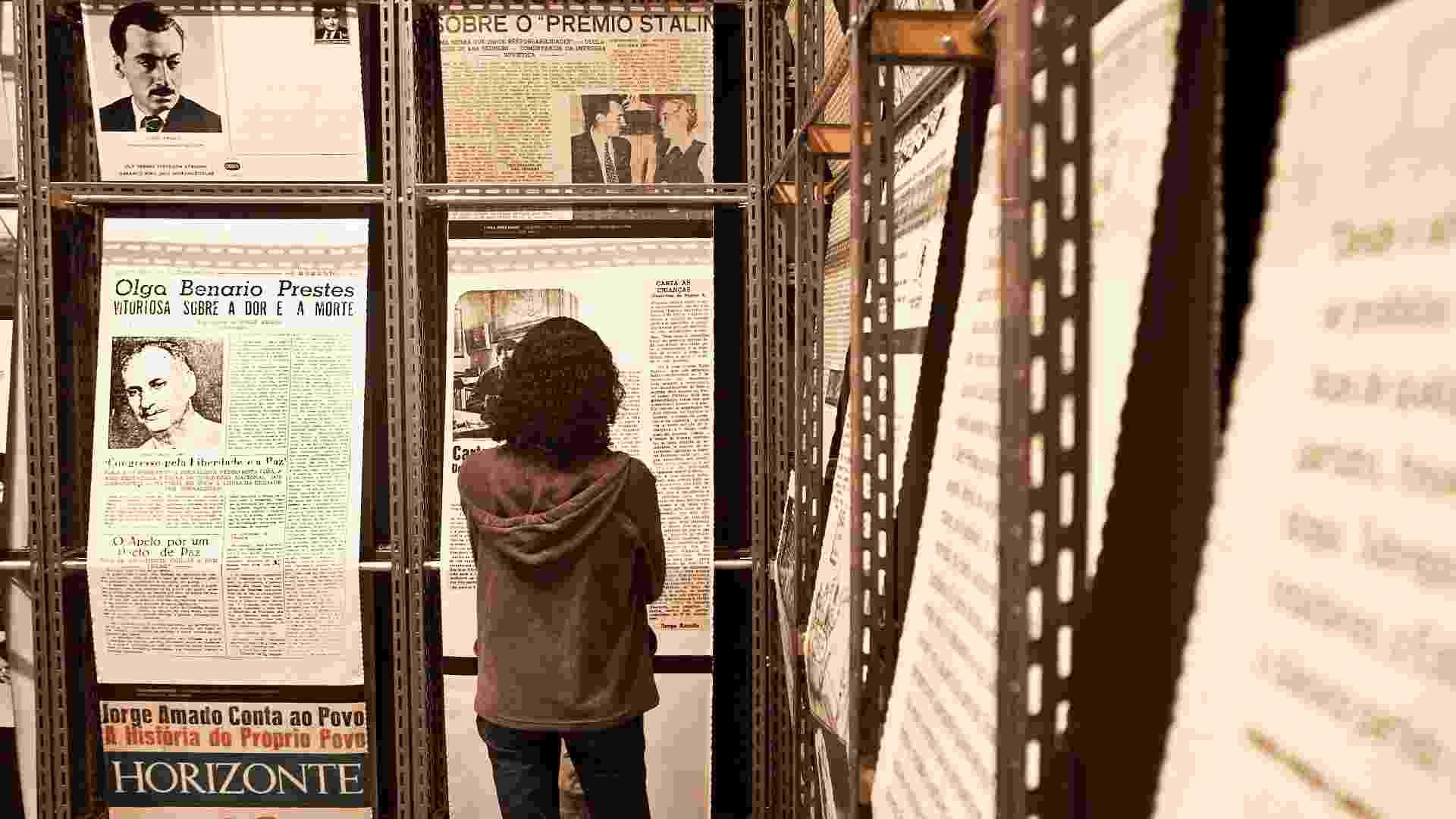 """Visitante vê recortes de jornais com notícias sobre Jorge Amado na exposição que reúne obra do autor no Museu da Língua Portuguesa. """"Jorge Amado e Universal"""" fica em cartaz em São Paulo até 22 de julho - Lucas Lima/UOL"""