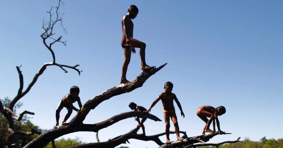 15.mai.2012 - Crianças da tribo Yawalapiti brincam no rio Xingu, no Mato Grosso