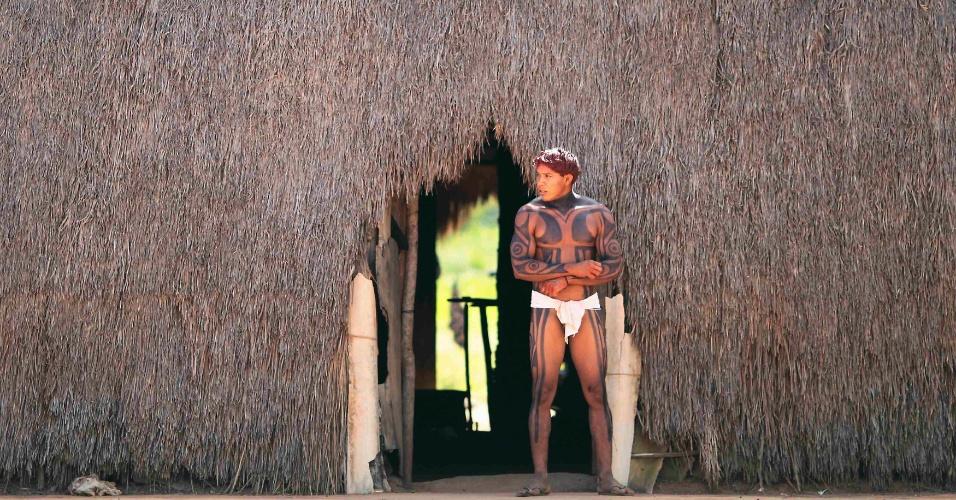 15.mai.2012 - Índio da tribo Yawalapiti caminha em frente à oca, no Parque Nacional do Xingu, no Mato Grosso