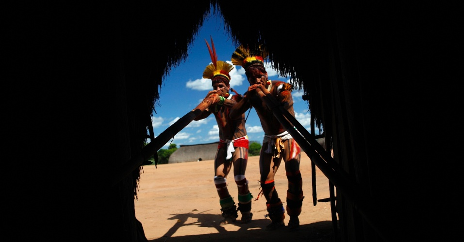 15.mai.2012 - Índios da tribo Yawalapiti tocam flauta de bambu, no Parque Nacional do Xingu, no Mato Grosso