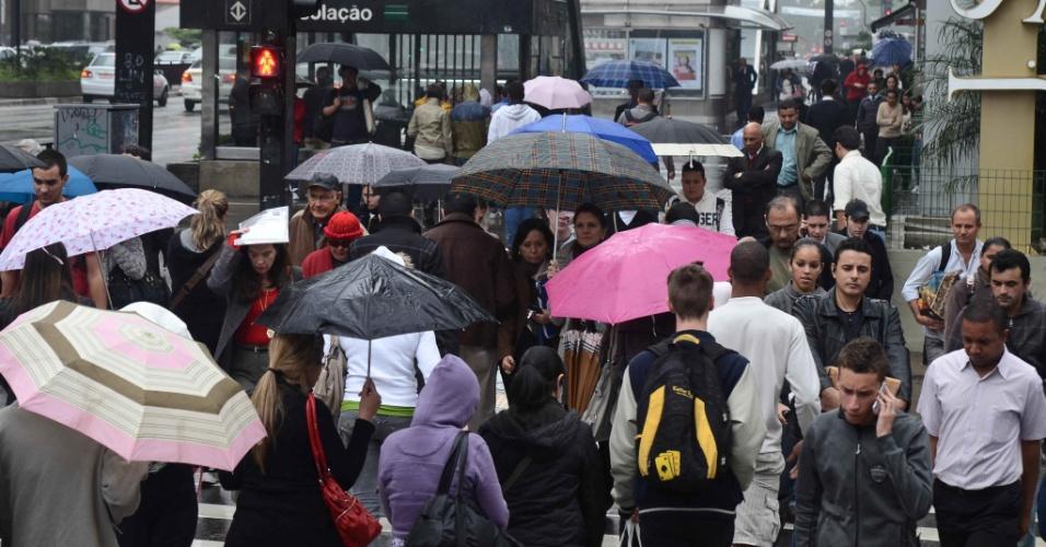 15.mai.2012 - Paulistanos enfrentam frio e chuva na avenida Paulista, em São Paulo, nesta terça-feira (15). Por causa das baixas temperaturas, a Defesa Civil chegou a colocar a cidade em estado de atenção