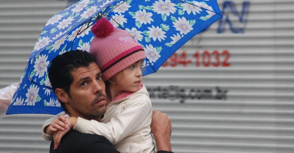 15.mai.2012 - Pedestres enfrentam frio e chuva na tarde desta terça-feira, no centro da cidade do Rio de Janeiro