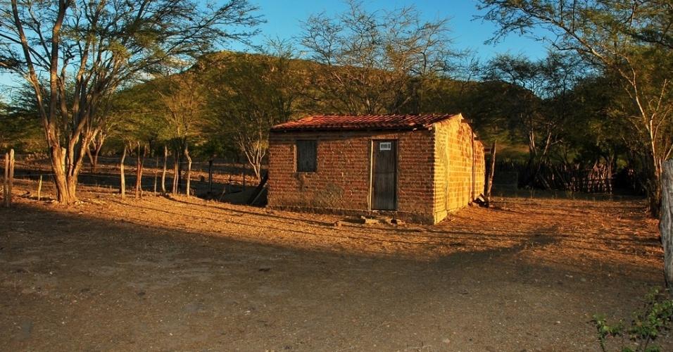 16.mai.2012 - Casa colocada a venda denuncia êxodo rural em Santa Brígida (BA); com maior seca em décadas, Nordeste revive êxodo e abandono do campo