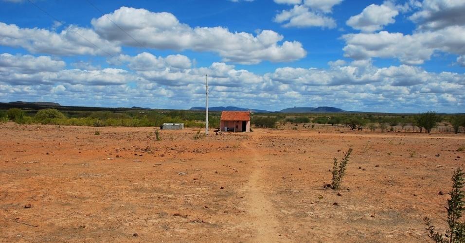 16.mai.2012 - Casa isolada e fechada é vista em Santa Brigida (BA); com maior seca em décadas, Nordeste revive êxodo e abandono do campo