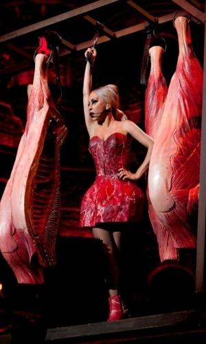"""A cantora Lady Gaga divulgou em seu perfil no Twitter foto feita por Terry Richardson da turnê """"Born This Way"""" em Tóquio em que aparece novamente com um """"vestido de carne"""". Dessa vez, no entanto, a matéria-prima do traje parece ser sintética (15/5/12)"""