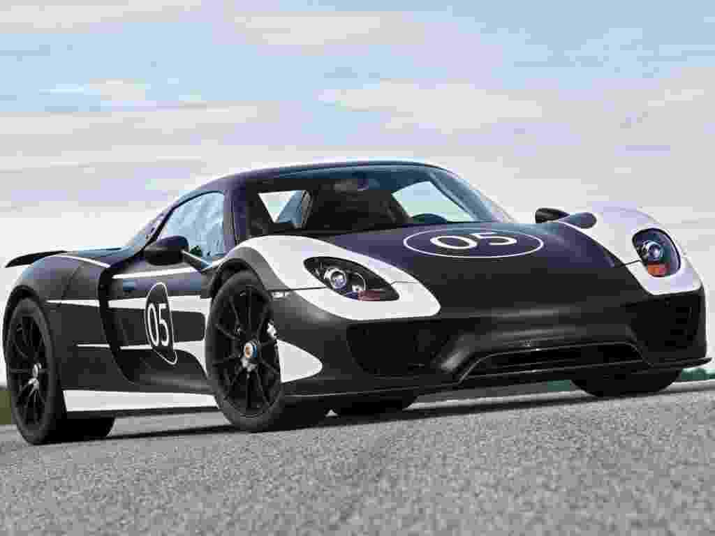 Ainda conceitual, o superesportivo Porsche 918 Spyder entra na fase final de testes, dedicada à sintonia fina do motor a combustão com os dois propulsores elétricos, um no eixo dianteiro e outro na posição central do carro, que atua sobre o eixo traseiro, e da eletrônica que comandará o sistema híbrido. A ideia é ter potência de 780 cavalos e consumo acima dos 30 km/litro de gasolina e possibilidade de recarga dos motores elétricos na tomada (plug-in). O pacote inclui ainda spoilers e aerofólio auto-ajustáveis, uso dos gases do escapamento para melhoria da aerodinâmica (como nos carros de Fórmula 1 de 2011) e esterçamento do eixo traseiro. A previsão de lançamento está mantida para setembro de 2013, durante o Salão de Frankfurt - Divulgação
