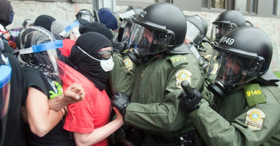 Estudantes e policiais canadenses entram em confronto durante manifestação contra o aumento das taxas educacionais no país