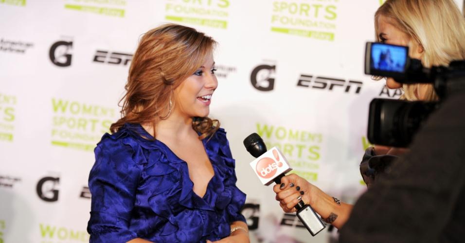 Ginasta Shawn Johnson concede entrevista em evento em homenagem às mulheres esportistas, realizado em 2009