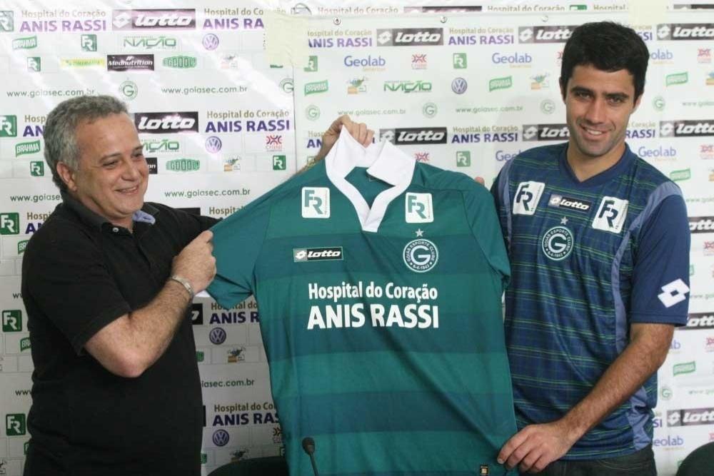 Lacerda posa com a camisa do Goiás ao lado diretor de futebol, Marcelo Segurado