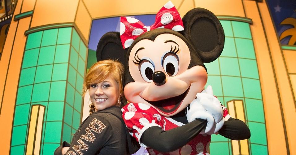 Shawn Johnson, ginasta campeã olímpica em 2008, posa com a personagem Minnie, em visita à Disney em 2010