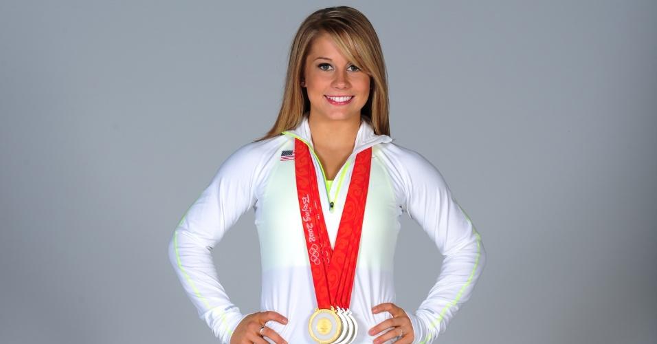 Shawn Johnson, ginasta norte-americana, posa para ensaio do Comitê Olímpico de seu país com as medalhas conquistadas em Pequim, em 2008