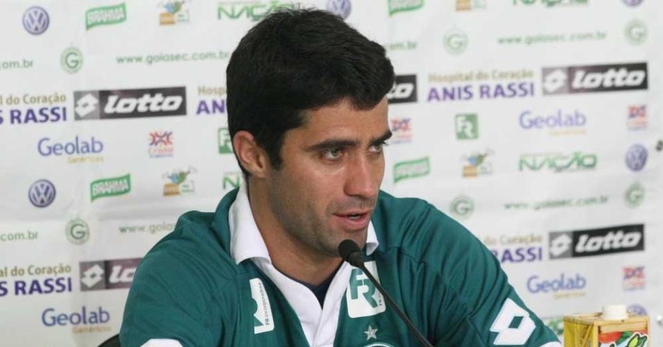 Zagueiro Lacerda concede primeira entrevista coletiva como jogador do Goiás