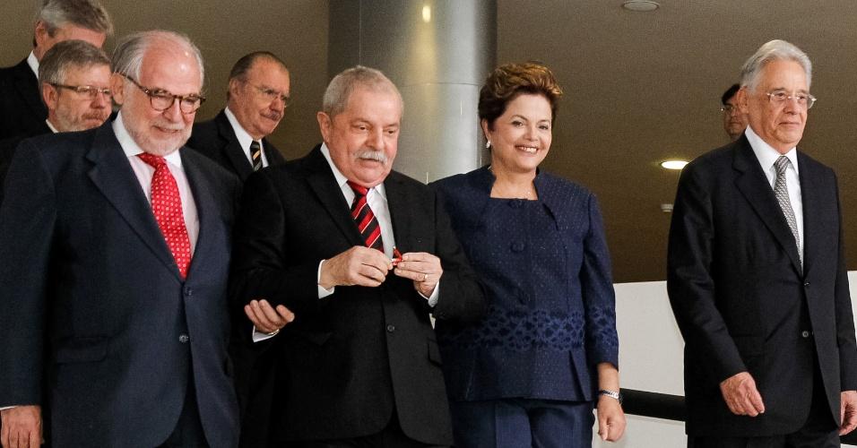 16.mai.2012 - Acompanhada dos ex-presidentes Luiz Inácio Lula da Silva e Fernando Henrique Cardoso, a presidente Dilma Rousseff chega à cerimônia de Instalação da Comissão Nacional da Verdade, no Palácio do Planalto, em Brasília