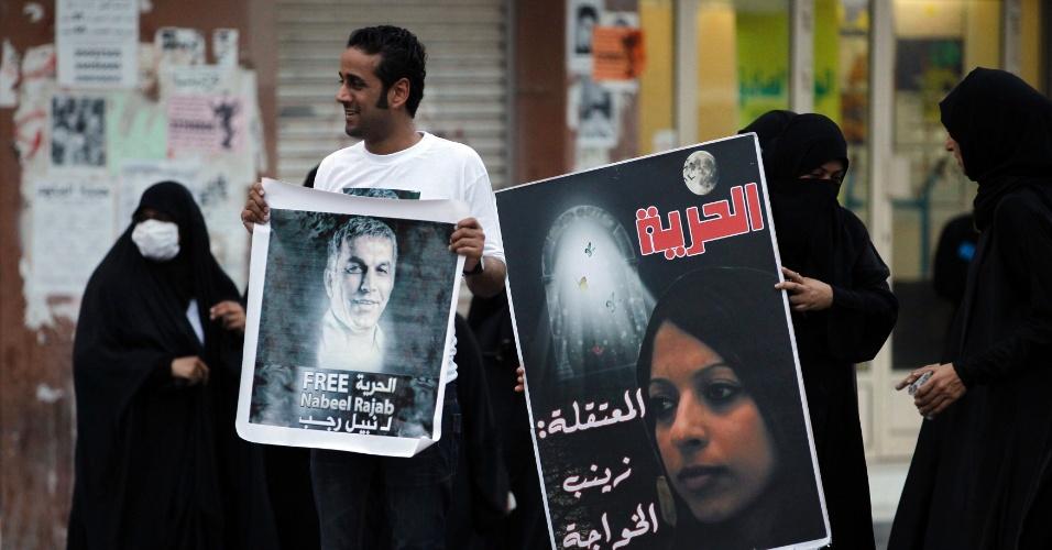 16.mai.2012 - Ativistas de direitos humanos exibem fotos dos colegas Nabeel Rajab e Zaynab al-Khawaja e pedem a libertação deles, em protesto contra o governo nesta quarta-feira (16), em Sanabis, no Bahrein, a oeste da capital Manama