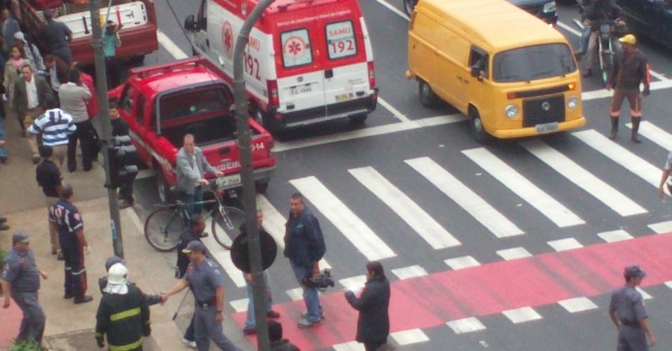 16.mai.2012 - Internauta registra movimentação de policiais militares e de ambulâncias entre as estações Penha e Carão, na zona leste de São Paulo, minutos após a colisão entre os dois trens da linha 3-vermelha do Metrô de São Paulo