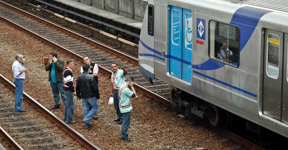 16.mai.2012 - Peritos conversam sobre o acidente entre dois trens da linha 3-vermelha do metrô de São Paulo na manhã desta quarta-feira (16)