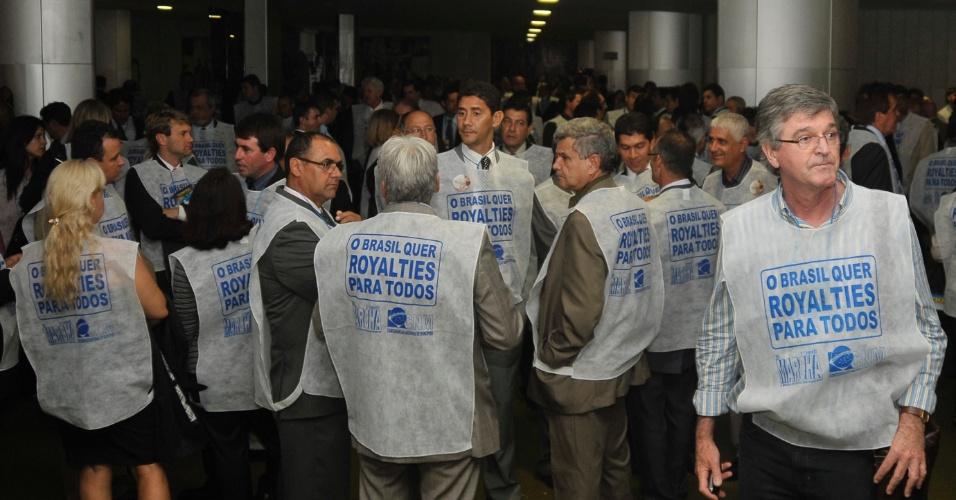 16.mai.2012 - Prefeitos ocuparam nesta quarta-feira o Salão Verde da Câmara dos Deputados para fazer uma manifestação pela aprovação do projeto que redistribui os royalties do petróleo da camada do pré-sal por todos os Estados