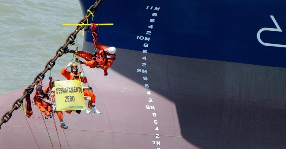 16.mai.2012 - Protesto do Greenpeace está impedindo o navio Clipper Hope de ser carregado com ferro gusa na baía de São Marcos, próximo ao porto do Itaqui, em São Luís (MA)