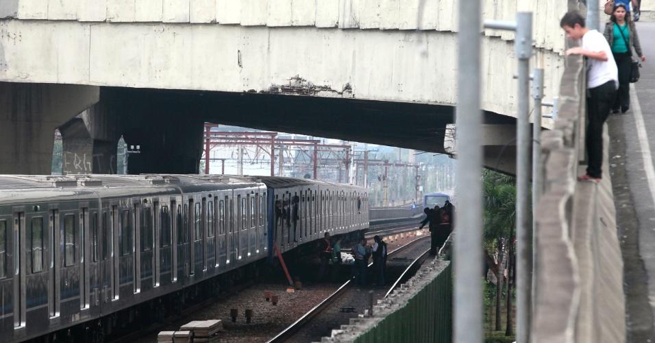 16.mai.2012 - Rapaz observa na manhã desta quarta-feira (16) local onde dois trens da linha 3-vermelha do metrô de São Paulo se chocaram. Algumas pessoas ficaram feridas no acidente, que aconteceu entre as estações Carrão e Tatuapé, na zona leste da capital paulista