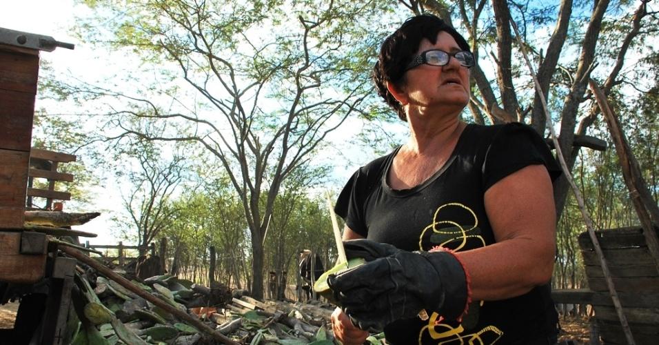 17.mai.2012 - Sofia Souza Costa já perdeu sete animais por conta da seca e diz que, se não chover nos próximos 3 meses, todo o rebanho da região irá morrer, em Poço Redondo (SE)