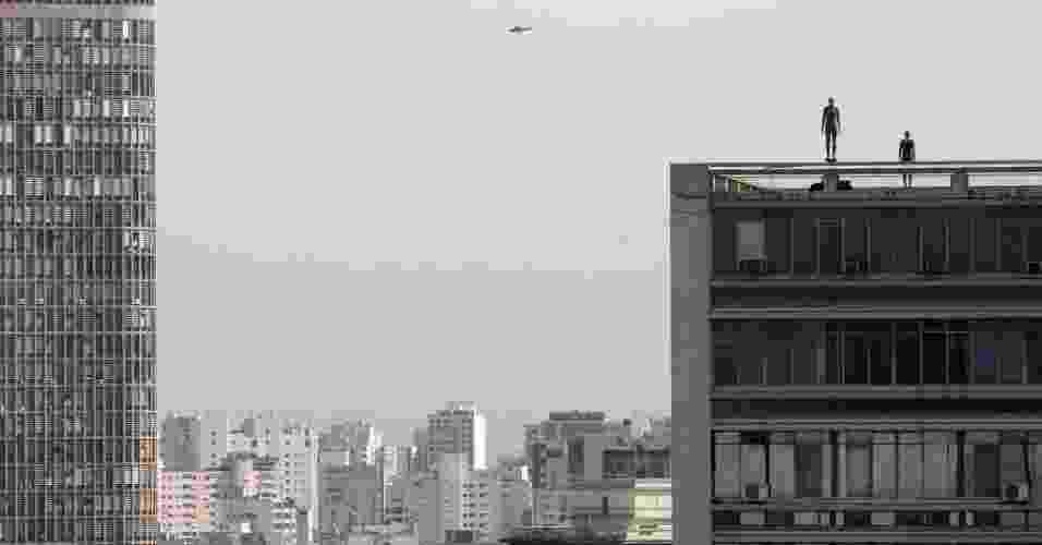 """Antony Gormley espalha 31 """"suicidas"""" pelo centro de São Paulo durante a exibição de """"Corpos Presentes"""", no CCBB. As peças são feitas de ferro fundido e fibra de vidro e foram moldadas no corpo do artista britânico - AP Photo/Andre Penner"""
