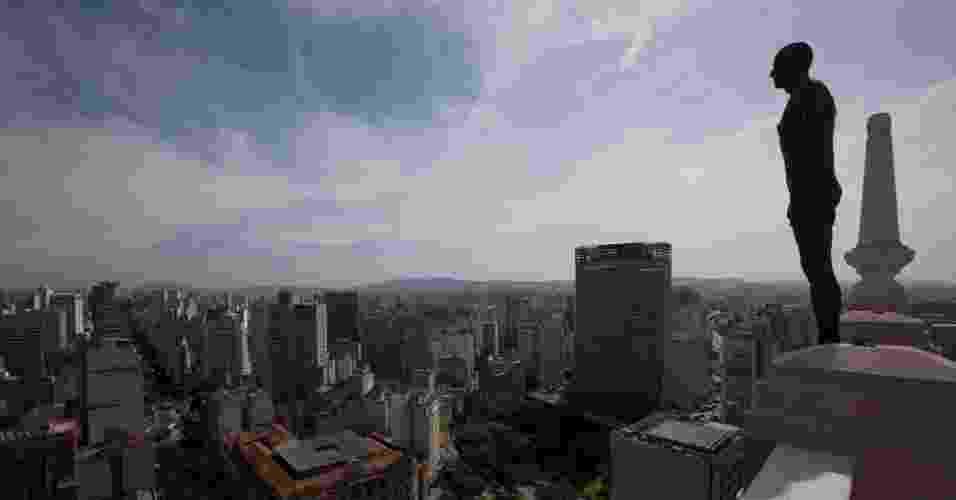 """Antony Gormley espalha 31 """"suicidas"""" pelo centro de São Paulo durante a exibição de """"Corpos Presentes"""", no CCBB. As peças são feitas de ferro fundido e fibra de vidro e foram moldadas no corpo do artista britânico - EFE/Sebastiao Moreira"""