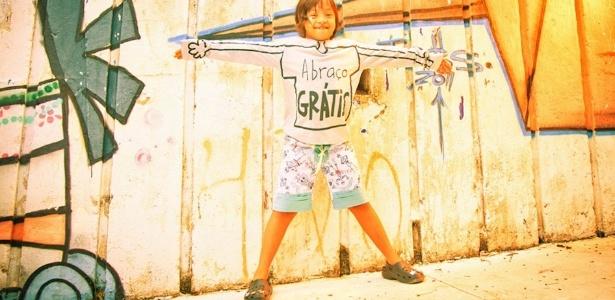 """Camiseta com estampa """"abraço grátis"""" da Spirodiro, marca que é um dos destaques da moda infantil e vende suas peças durante a feira Baby Bum, em São Paulo - Divulgação"""