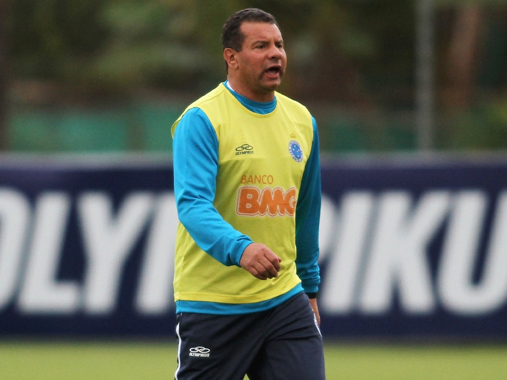 Celso Roth comanda primeiro treino no Cruzeiro (16/5/2012)