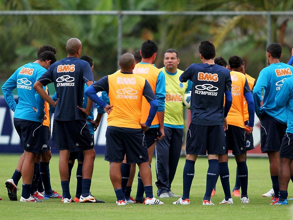 Celso Roth conversa com jogadores em seu primeiro treino no Cruzeiro (16/5/2012)