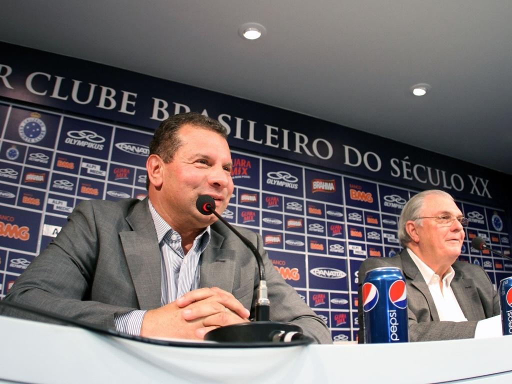 Celso Roth junto com o presidente do Cruzeiro, Gilvan de Pinho Tavares