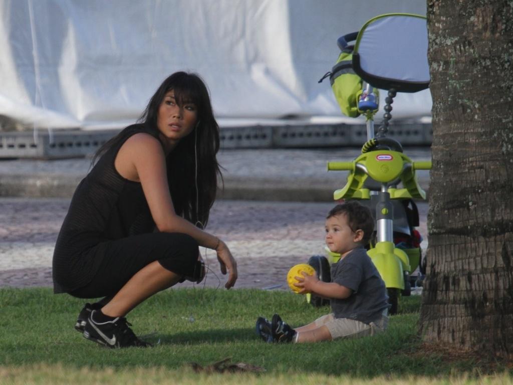 Daniele Suzuki passeia com o filho, Kauai, pela orla da praia do Recreio, zona oeste do Rio (16/5/12)