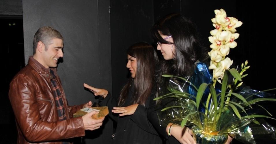 """Em sua última apresentação na peça """"Cruel"""", em São Paulo, Reynaldo Gianecchini  recebe presentes de fãs (15/5/12)"""