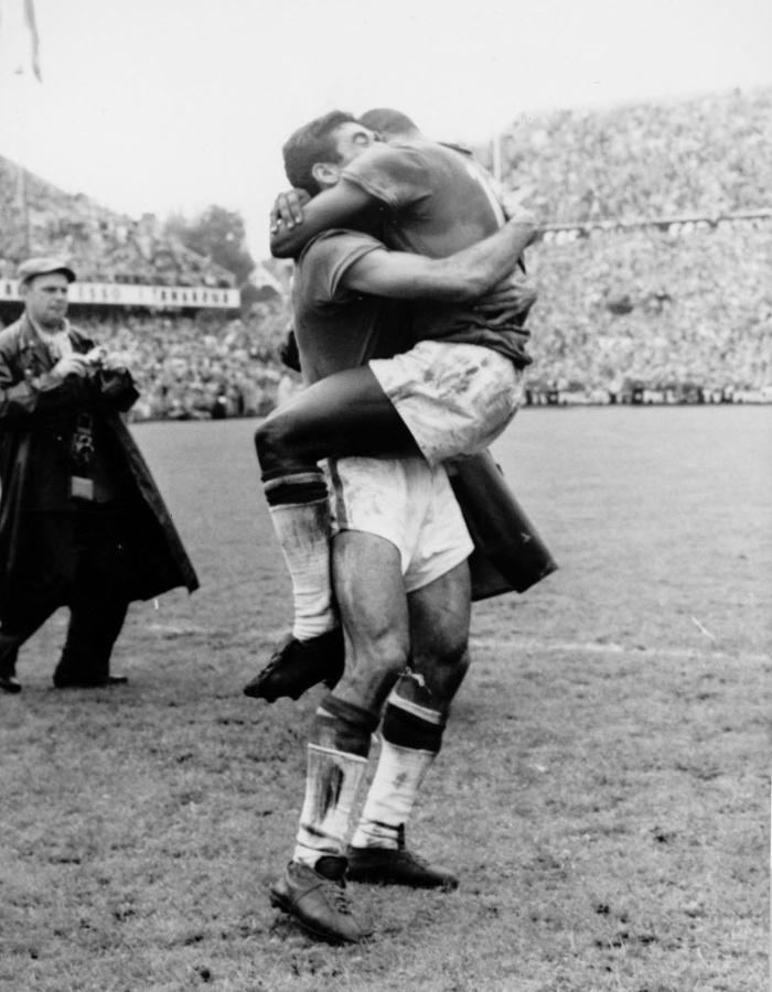 Nilton Santos (esq.) é abraçado por Pelé na comemoração do primeiro título mundial do Brasil, na Suécia, em 1958