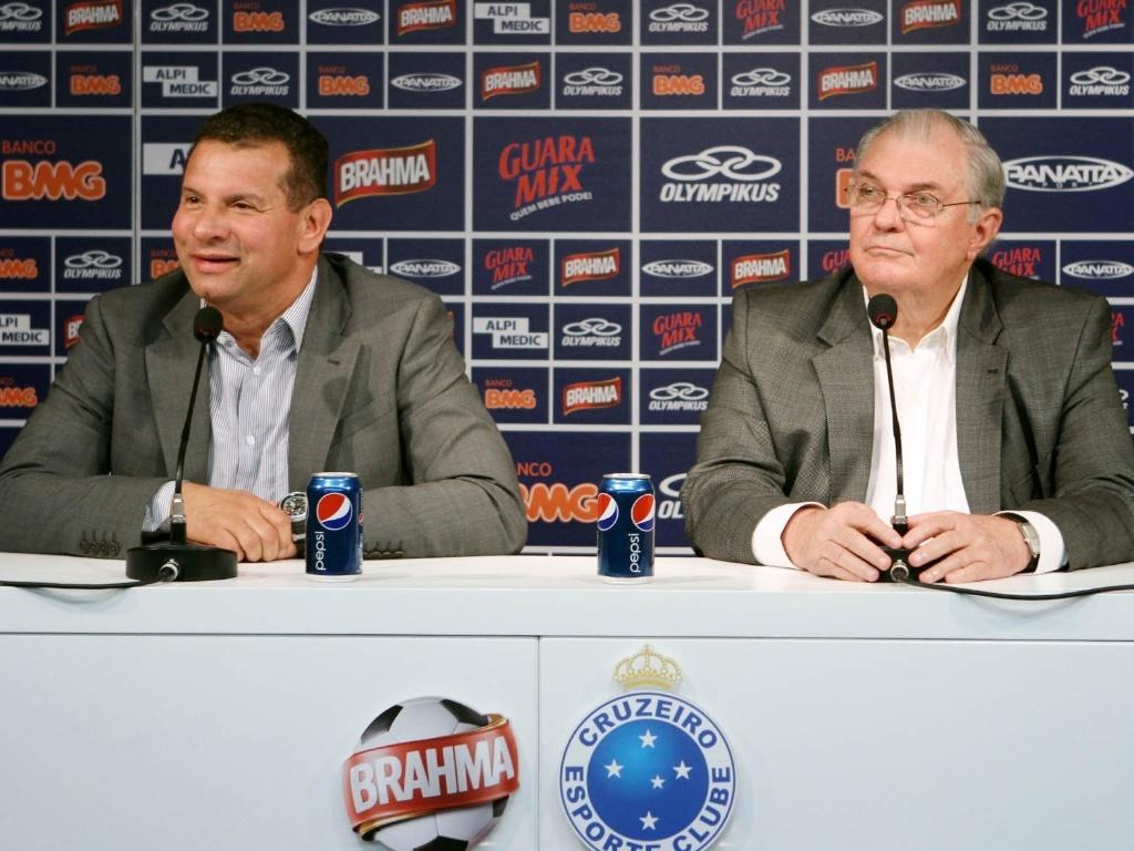 O técnico Celso Roth ao lado do presidente do Cruzeiro, Gilvan de Pinho Tavares, durante sua apresentação