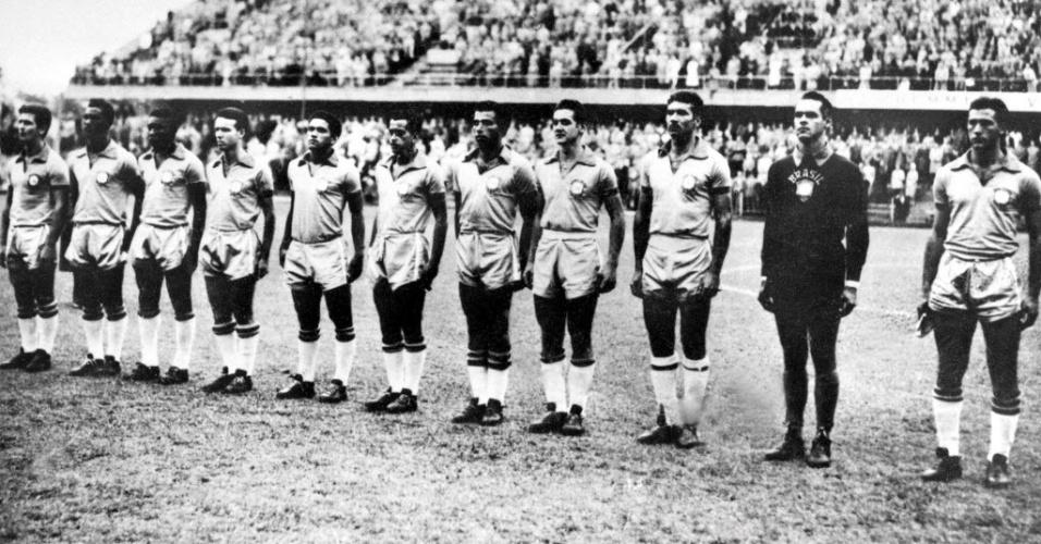 Seleção brasileira posa para o hino nacional antes de uma partida válida pela Copa do Mundo de 1958. Da esquerda para a direita: De Sordi, Didi, Pelé, Zagalo, Garrincha, Zito, Vava, Orlando, Nilton Santos, Gilmar e Bellini