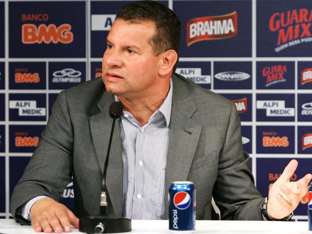Técnico Celso Roth concede entrevista durante sua apresentação no Cruzeiro (16/5/2012)