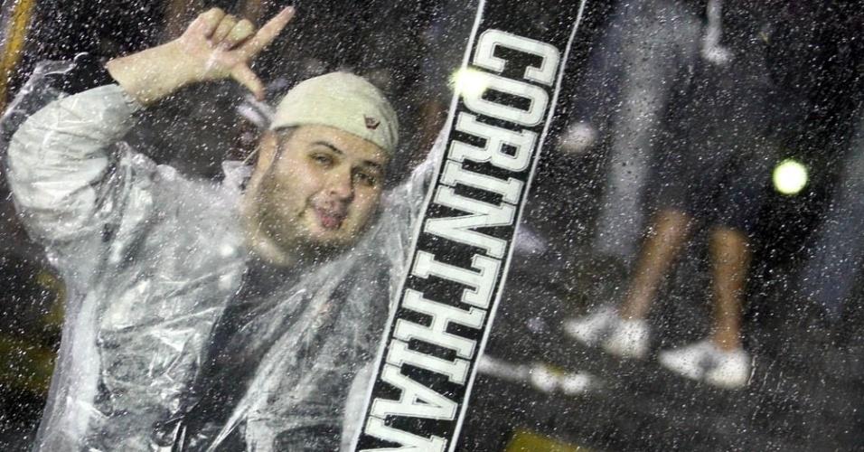 Torcedor do Corinthians exibe faixa antes do jogo contra o Vasco