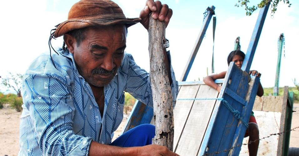 17.mai.2012 - A seca no Nordeste arrasa plantações de milho e feijão; Lourenço Félix Araújo, 68, de Glória (BA), não acredita mais na chuva para plantar este ano