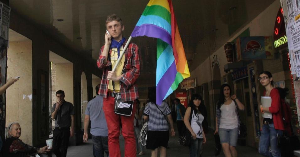 17.mai.2012 - Ativista com bandeira gay participa do Dia Internacional da Luta Contra Homofobia em Tbilisi, na Geórgia