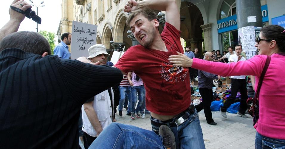 17.mai.2012 - Ativista gay briga com cristão ortodoxo em Tbilisi, na Geórgia. Dezenas de ativistas gays foram às ruas da cidade para celebrar o Dia Internacional da Luta Contra Homofobia. Cristãos tentaram interromper a marcha, gerando um breve tumulto