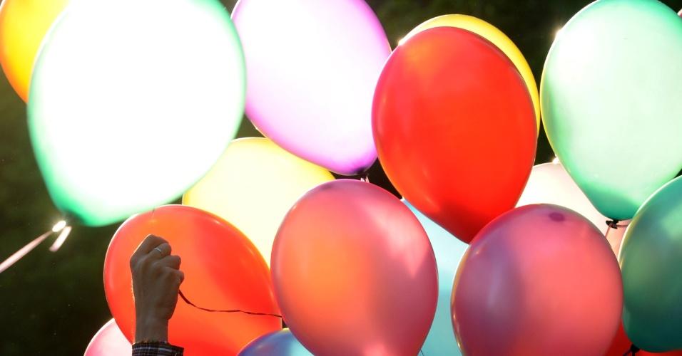 17.mai.2012 - Ativistas russos lançam balões coloridos durante evento pelo Dia Internacional Contra a Homofobia e Transfobia, em Moscou