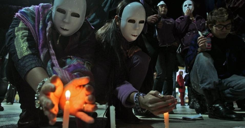17.mai.2012 - Bolivianos do grupo de gays, lésbicas, bissexuais e transexuais participaram de um comício pelas ruas de La Paz para pedir que os casais homossexuais possam ter o direito de casar sob as mesmas condições dos casais heterossexuais