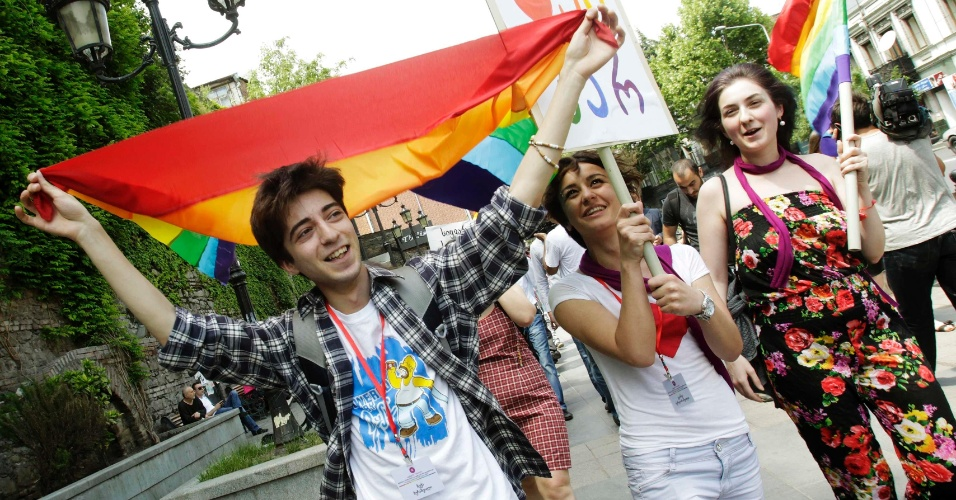 17.mai.2012 - Dezenas de ativistas gays foram às ruas da cidade para celebrar o Dia Internacional da Luta Contra Homofobia em Tbilisi, capital e maior cidade da Geórgia