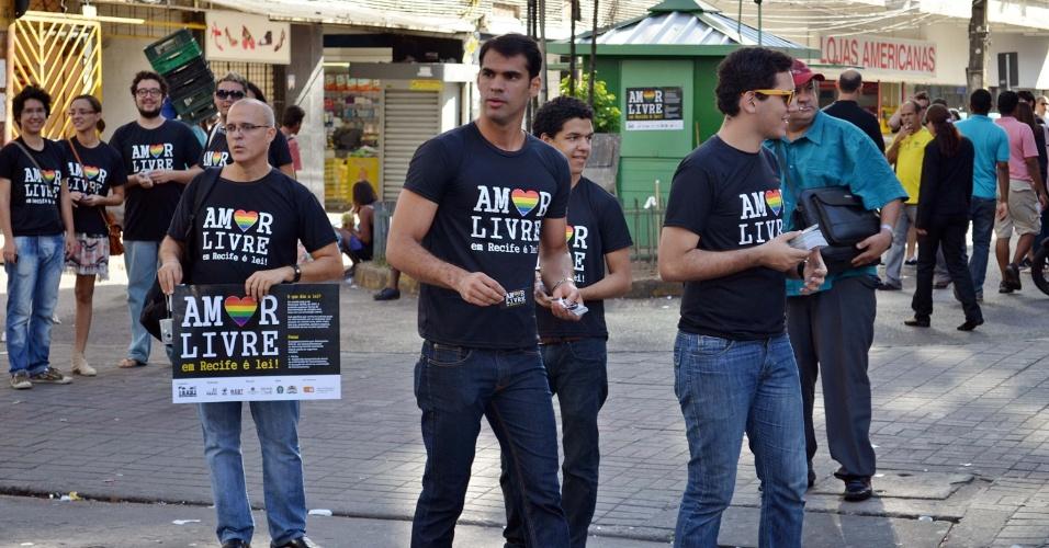 17.mai.2012 - Grupo distribui panfletos contra a homofobia no centro de Recife (PE), pelo Dia Internacional Contra a Homofobia