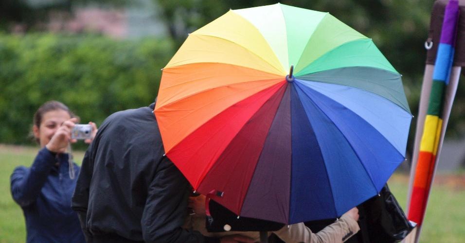 17.mai.2012 -  Grupo posa com guarda-chuva multicolor durante a marcha pelo Dia Internacional Contra a Homofobia, em Tirana, na Albânia