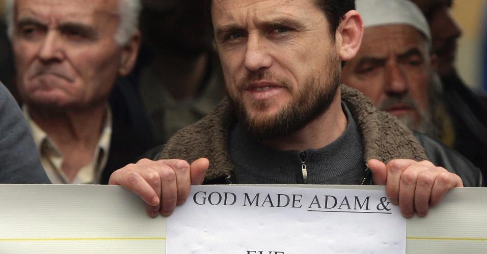 17.mai.2012 - Muçulmano protesta contra a marcha pelo Dia Internacional Contra a Homofobia, em Tirana, na Albânia.