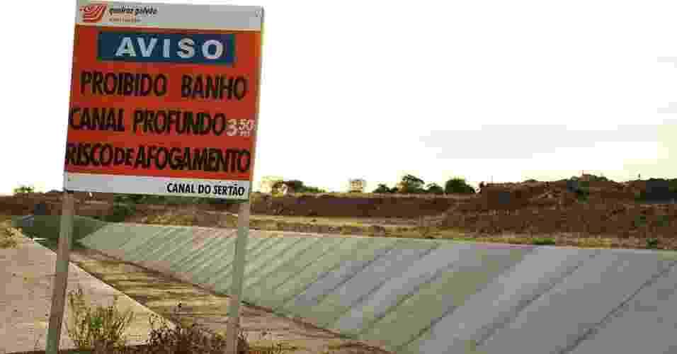 """17.mai.2012 - Placa alerta para risco de """"afogamento"""" no Canal de sertão, em Pariconha (AL), que teve obras anunciadas há 20 anos, mas ainda está seco - Beto Macário/UOL"""