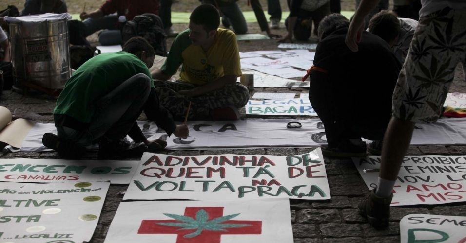 2.jul.2011 - Manifestantes se reúnem na avenida Paulista, em São Paulo, para a realização da Marcha da Maconha, que teve a participação de cerca de 2 mil pessoas. Na foto, pessoas preparam cartazes antes do início do protesto
