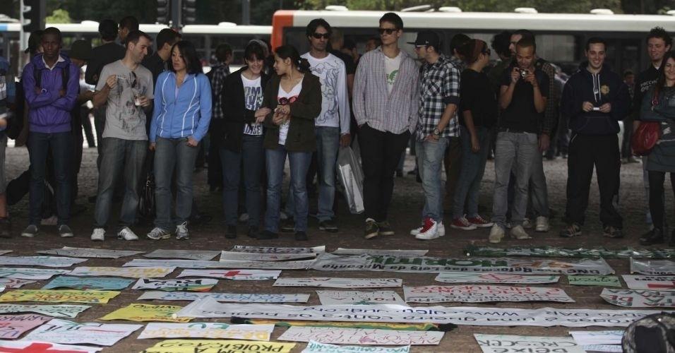 2.jul.2011 - Manifestantes se reúnem na avenida Paulista para a realização da Marcha da Maconha, que teve a participação de cerca de 2 mil pessoas