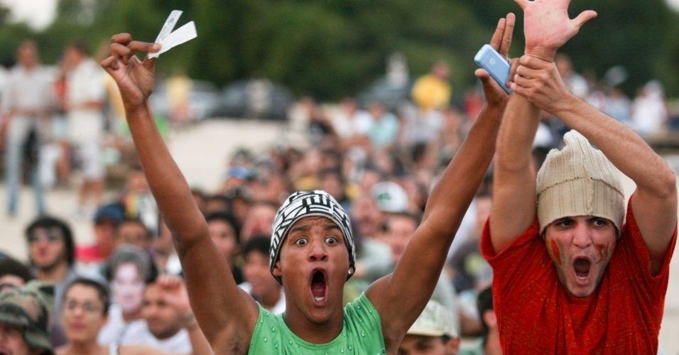 3.jun.2011 - Proibida pela Justiça sob o argumento de que faria apologia às drogas, a Marcha da Maconha se transformou em um ato pela liberdade de expressão em Brasília (DF). Cerca de 500 manifestantes marcharam da Catedral de Brasília ao Congresso Nacional. Doze carros da Polícia Militar e quatro micro-ônibus foram destacados para acompanhar o protesto